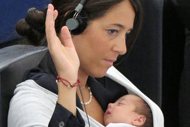 Ronzulli Licia con la sua bimba mentre vota al Parlamento Europeo